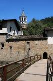 Ponte de madeira e monastério de Dryanovo foto de stock