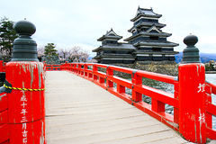 A ponte de madeira e o castelo vermelhos de Matsumoto foto de stock royalty free