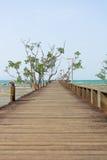 A ponte de madeira em direção ao mar Fotos de Stock Royalty Free