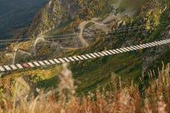 Ponte de madeira entre montanhas rochosas Floresta da montanha do outono fotografia de stock