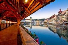 Ponte de madeira histórica de Kapellbrucke no lan de Luzern e de margem imagens de stock royalty free