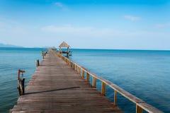 Ponte de madeira longa na praia tropical bonita da ilha - Koh Mak em Trat, Tailândia imagens de stock royalty free