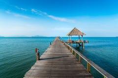 Ponte de madeira longa na praia tropical bonita da ilha - Koh Mak em Trat, Tailândia foto de stock royalty free