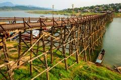 A ponte de madeira longa de segunda-feira danificou pelo córrego da inundação do srtong Imagens de Stock
