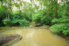Ponte de madeira maravilhosa através de uma cachoeira, Tailândia Foto de Stock Royalty Free