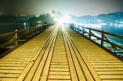 A ponte de madeira na noite Foto de Stock Royalty Free