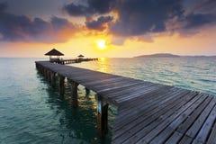 Ponte de madeira na praia de Rayong Fotos de Stock Royalty Free