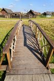 Ponte de madeira Nizhnaya Sinyachikha Rússia Imagem de Stock