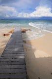 Ponte de madeira no beira-mar com céu azul Fotografia de Stock Royalty Free