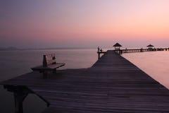Ponte de madeira no mar imagens de stock royalty free
