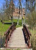 Ponte de madeira no palácio de Jaunmokas Foto de Stock Royalty Free