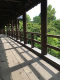 Ponte de madeira no templo de Tofuku-ji, Japão imagem de stock