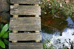 Ponte de madeira pequena fotos de stock