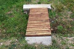 Ponte de madeira pequena caseiro sobre a grama Imagem de Stock
