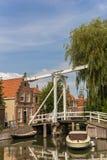 Ponte de madeira pequena sobre um canal em Monnickendam Imagem de Stock