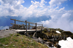 A ponte de madeira que conduz às nuvens em cumes suíços fotos de stock