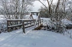 Ponte de madeira sob a neve imagens de stock royalty free