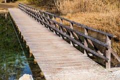Ponte de madeira sobre a água calma Imagens de Stock Royalty Free