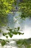 Ponte de madeira sobre as cachoeiras Fotografia de Stock