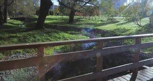 Ponte de madeira sobre The Creek filme