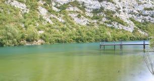 Ponte de madeira sobre um lago fotografia de stock royalty free