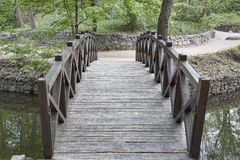 Ponte de madeira sobre um rio pequeno no parque de Sophia em Uman Imagens de Stock