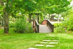 Ponte de madeira velha agradável no parque no verão. Fotografia de Stock Royalty Free
