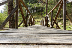 Ponte de madeira velha na natureza Imagens de Stock Royalty Free