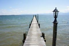 Ponte de madeira velha pequena com verão da montanha da paisagem da baía da onda da lâmpada Fotos de Stock Royalty Free