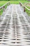 Ponte de madeira velha sobre o rio Fotos de Stock