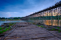 Ponte de madeira velha sobre o rio & o x28; Segunda-feira Bridge& x29; no distrito de Sangkhlaburi, Kanchanaburi, Tailândia Imagem de Stock