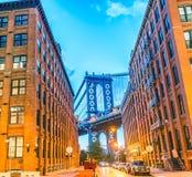 A ponte de Manhattan no por do sol quadro pelas construções de Brooklyn - NY Fotos de Stock Royalty Free