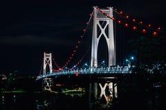 A ponte de Meados de-Hudson na noite, em Poughkeepsie, New York imagens de stock