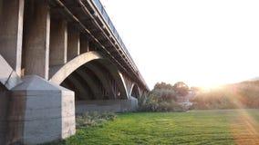 ponte de medida desobstruída do concreto do arco fotos de stock