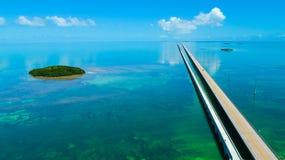 Ponte de 7 milhas Silhueta do homem de negócio Cowering Chaves de Florida, maratona, EUA foto de stock