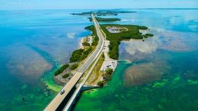 Ponte de 7 milhas Silhueta do homem de negócio Cowering Chaves de Florida, maratona, EUA imagens de stock royalty free