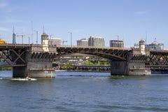 Ponte de Morrison em Sunny Summer Day no rio de Willamette com o barco da velocidade em Portland Oregon imagem de stock
