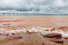 Ponte de Muddy Red Surf Near Confederation foto de stock