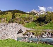 A ponte de Nadau deu completamente o rio de Gavarnie Fotografia de Stock
