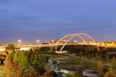Ponte de Nashville com luzes borradas do carro Fotografia de Stock Royalty Free
