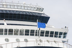 Ponte de navios com bandeira azul Fotografia de Stock Royalty Free