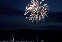 Ponte de Newburgh/baliza na noite com os fogos-de-artifício no Rio Hudson NY Fotografia de Stock Royalty Free