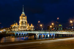 Ponte de Novoarbatskiy & hotel Ucrânia Imagem de Stock Royalty Free
