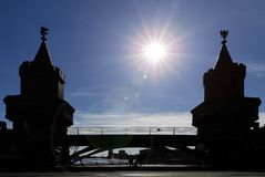 A ponte de Oberbaum entre Kreuzberg um Friedrichshain em Berlim, Alemanha Imagem de Stock Royalty Free