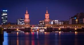 Ponte de Oberbaum na noite 2 fotos de stock royalty free