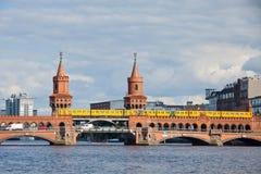 Ponte de Oberbaumbrucke através do rio da série em Berlim Imagens de Stock