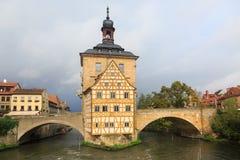 Ponte de Obere e Altes Rathaus e céu nebuloso em Bamberga, alemão Imagem de Stock