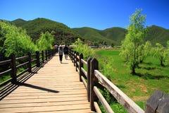 Ponte de passeio das uniões no lago Lugu, China fotos de stock royalty free