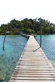 Ponte de passeio de madeira do cais a recorrer no Koh M foto de stock royalty free