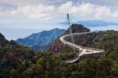 Ponte de passeio nas montanhas no console de Lankawi fotos de stock